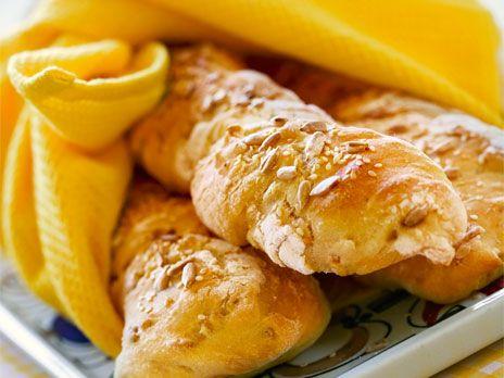 Vridna solros- och sesambaguetter | Recept.nu