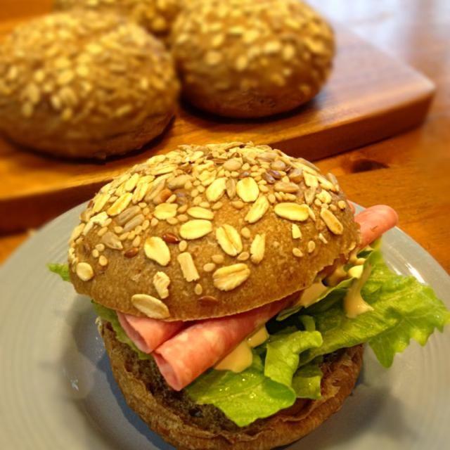 シードミックスもトッピングして、バーガーバンズ焼きました♡ とりあえずハムサンド(・ω・) 本当は照り焼きチキンとか挟みたい! - 22件のもぐもぐ - マルチグレイン入りのパン(酒種) by zuminmama