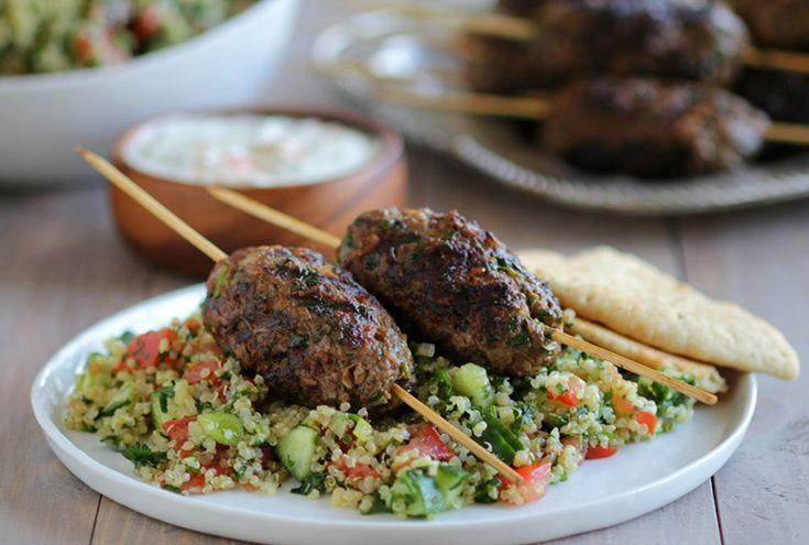 Hva med en marokkanskvri på grillen? Prøv deilige lammekofta med quinoa. En rett som smaker herlig i sommervarmen. Oppskriften finner du hos oss.