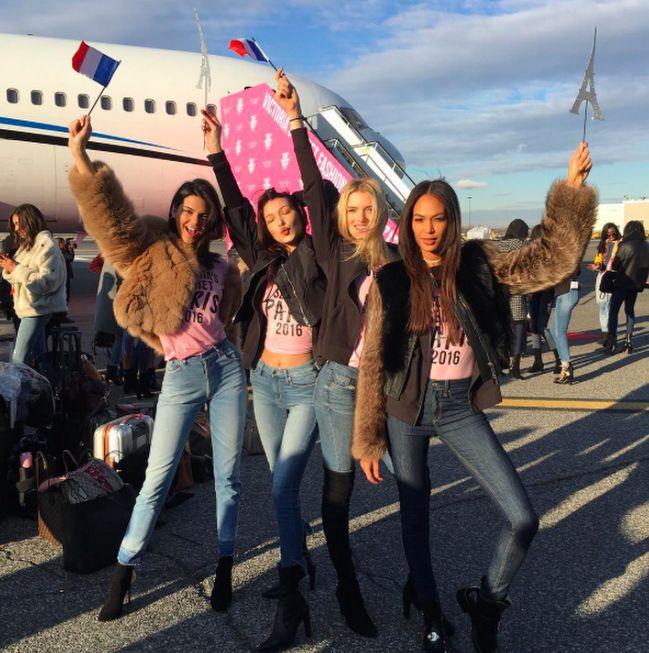 Victoria's Secret Meleklerinin Paris Yolculuğu Vogue Türkiye Paris yolcusu kalmasın! Victoria's Secret melekleri yılın heyecanla beklenen anına günler kala meleklere özel jetleriyle Paris'e uçuyor. İlk Victoria's Secret şovunu /    http://vogue.com.tr/trend/victorias-secret-meleklerinin-paris-yolculugu#p=1