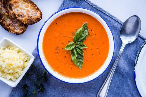 Polévku ozdobte bazalkou, opepřete a podávejte s čerstvě rozpečenou bagetkou!