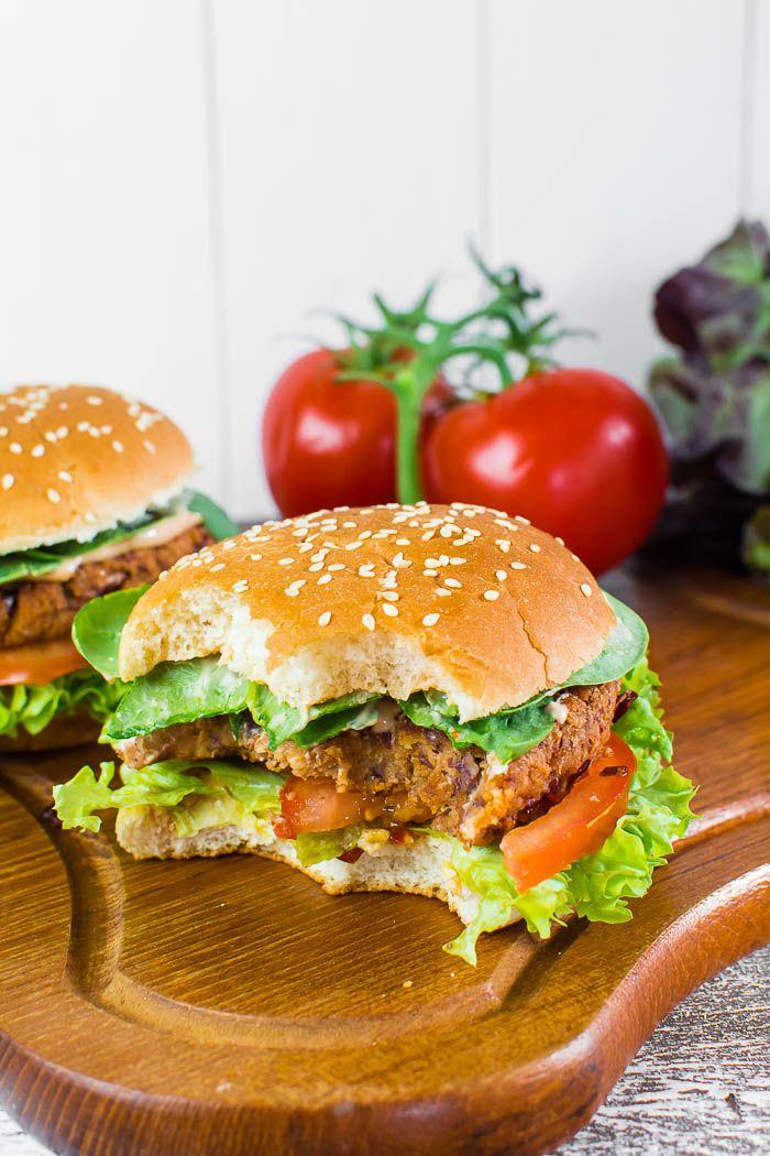 Veganer Barbecue-Kidneybohnen-Burger mit selbstgemachter Mayonnaise