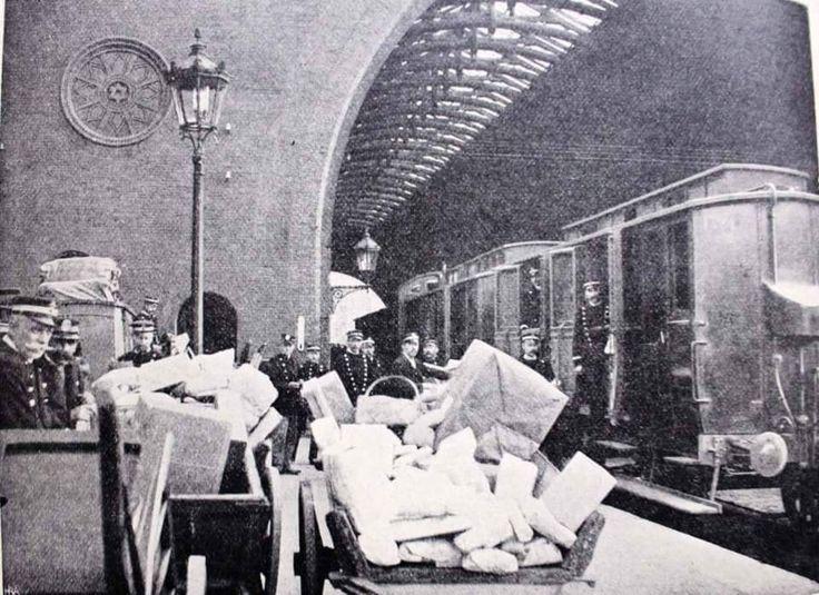 Postgods på den gamle  Hovedbanegård i 1902. Foto Postexpedition Lammers.