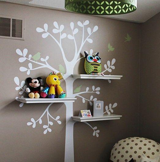 Tip do dětského pokoje: Zkombinujte police s malovanou dekorací na zdi