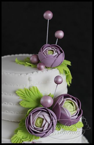 Funky flowers but look soo eligant on this cake PERFECT!