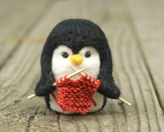 Nadie sabe el frío del invierno como un pingüino. Chicos este pequeño está tomando precauciones adicionales para el frío - tejer! Este pingüino poco fieltro mide aproximadamente 2,5 pulgadas de alto y un wee poco menos de 2 pulgadas de ancho. Poco punto swatch es hilado de lanas merino suave. Los ojos son hecho con perlas de cristal de pequeño 4mm negro, atados firmemente con hilo resistente.  Nota: Pingüino no vendrá con una cadena, pero uno puede ser unido por lo que puede ser un adorno…
