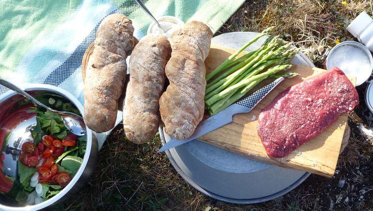 Disse brødene med biff og asparges lager Luqaz Ottosson med kjøtt som vi foreløpig ikke har eget navn på i Norge. I Sverige kalles den luffarbiff, på engelsk flat iron steak. Den er en del av skulderen, er like mør som filet, men har mye mer smak. Den passer utmerket til å grilles raskt og legges opp på brød. Foto: Fra TV-serien Mat i Norden / YLE
