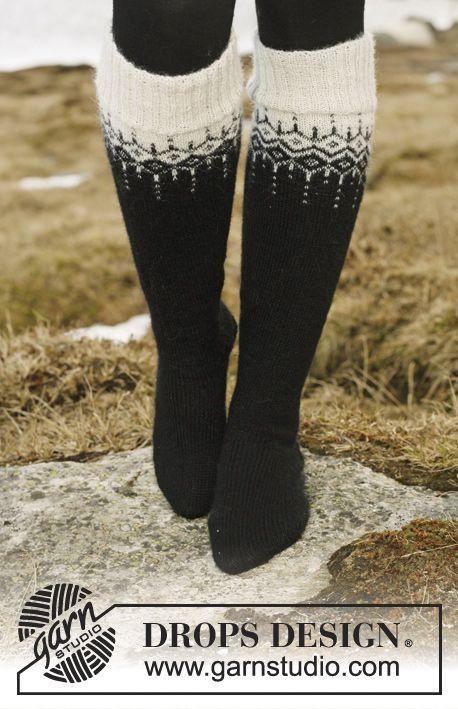 """Kuviollinen DROPS kaarrokejakku """"Alpaca""""- ja """"Glitter"""" -langoista. Koot S-XXXL. Pitkät sukat """"Fabel""""-langasta. Ilmaiset ohjeet DROPS Designilta."""