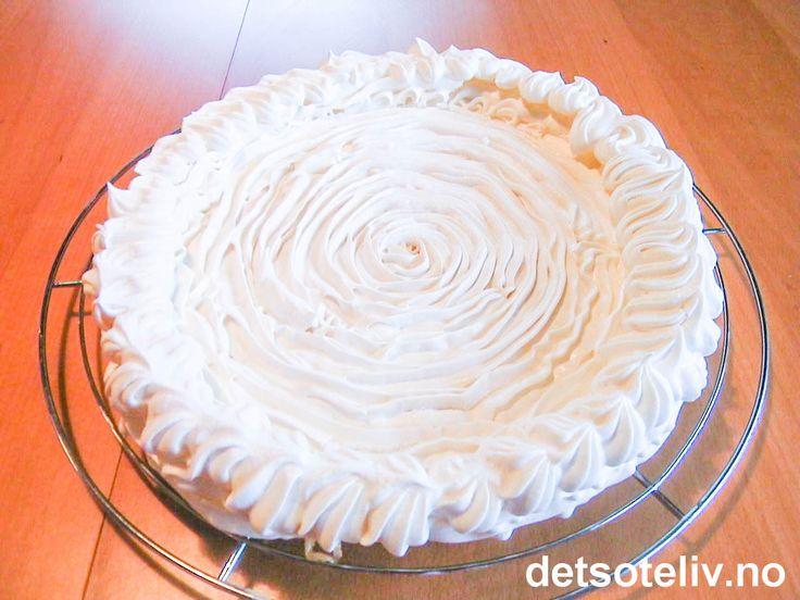 """""""Marengsbunner"""" er kjekke å lage i god tid i forveien, og kan brukes til å lage mange slags festkaker. Fyll dem for eksempel med iskrem, med sjokolademousse eller med pisket krem og frukt eller bær. Se for eksempel """"Isbombe med marengs og jordbær"""" og """"Banana Split kake""""."""
