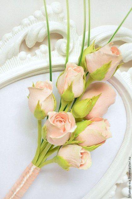 Купить или заказать Бутоньерка для жениха 'Шармель' в интернет-магазине на Ярмарке Мастеров. Бутоньерка для жениха из полимерной глины. Бутоньерка выполнена в сдержанном стиле и полностью дополняет свадебный букет. Приглушенный розово-персиковый цвет кустовых роз, из которых состоит бутоньерка, великолепно подойдет по тону к костюмам от светло-серого до темно синего или графитового цвета. Бутоньерка может быть выполнена в другом цвете.…
