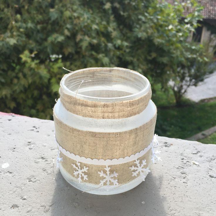 Jar Christmas!! Ho usato una bomboletta bianca per colorare il barattolo. Ho ritagliato la stoffa beige e l'ho incollata. L'avanzo l'ho incollato sul bordo. Infine ho incollato la stoffa natalizia