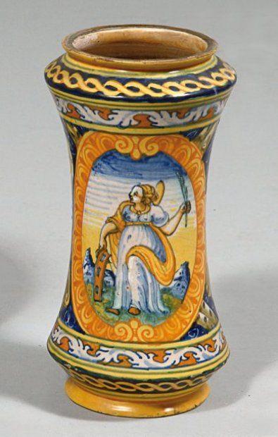 Albarello à décor polychrome de Sainte Catherine dans un médaillon sur la face principale, et d'un décor A trofei sur fond bleu sur l'autre face à l'imitation de Faenza. Fin du XVIe siècle.