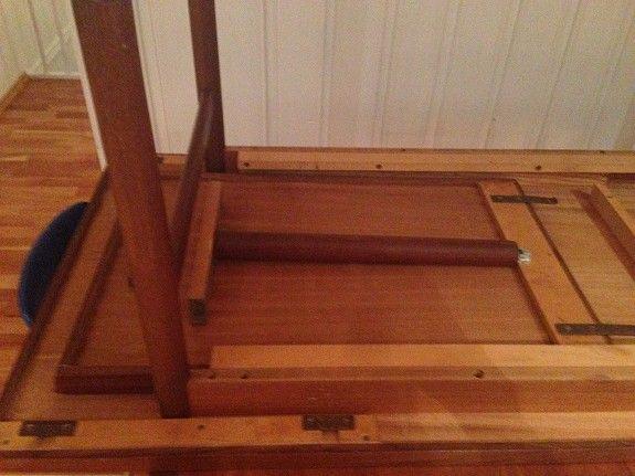 Bildet av teak bordet med innlagt klaff fra undersiden, ellers se beskrivelse over.