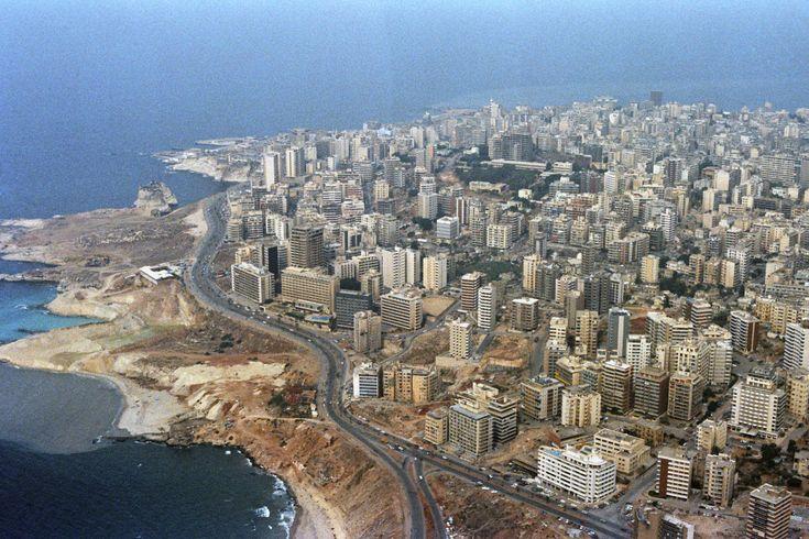 Costanera degradada de la ciudad de Beirut, Libano. Con un potencial increible para ser restaurada, como zona parquizada, tal vez con un bosque y con actividades sociales, etc.