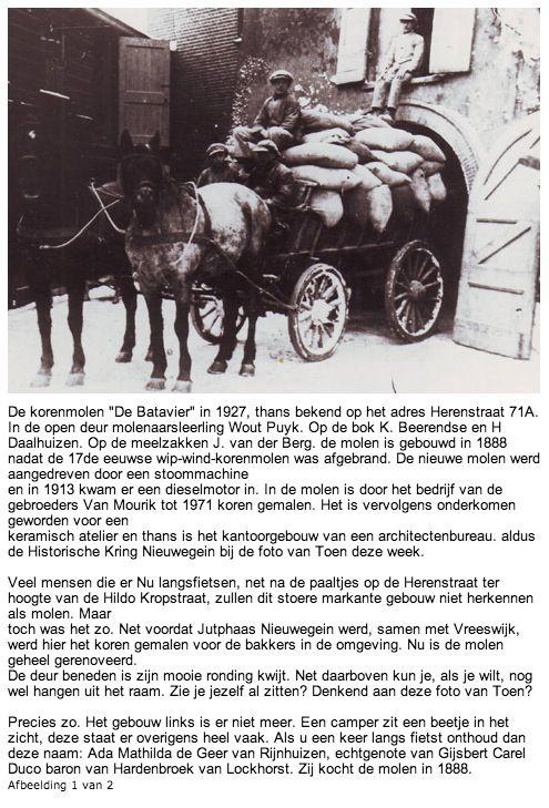 """'De korenmolen """"De Batavier"""" in 1927, thans bekend op het adres Herenstraat 71A. In de open deur molenaarsleerling Wout Puyk. Op de bok K. Beerendse en H Daalhuizen. Op de meelzakken J. van der Berg. De molen is gebouwd in 1888 nadat de 17de eeuwse wip-wind-korenmolen was afgebrand."""