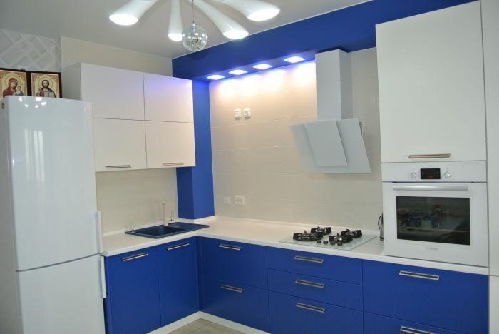 Бело-синяя кухня, расположение мойки, плита и духовой шкаф, подсветка зоны готовки, белые шкафы