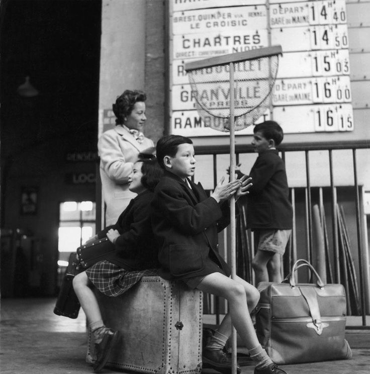 Dans la gare Montparnasse, à Paris, en 1956. ROBERT DOISNEAU / GAMMA-RAPHO. Les photographes de nos vacances (4/8) : Robert Doisneau