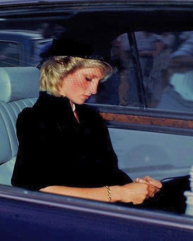 Две принцессы. Один финал. Принцесса Уэльская Диана грустит на похоронах княгини Грейс (Келли). Монако, сентябрь 1982 года.. #loneliness 🎭