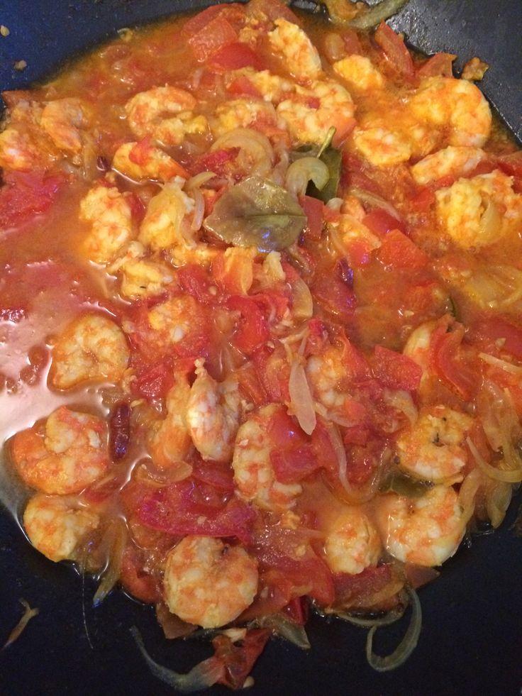 C'est une recette de famille que mon amie Mathou a bien voulue nous transmettre. Ingrédients: ( pour 4 personnes) 1 kg de crevettes 200g d'oignons 300g de tomates 3 gousses d&rsqu…