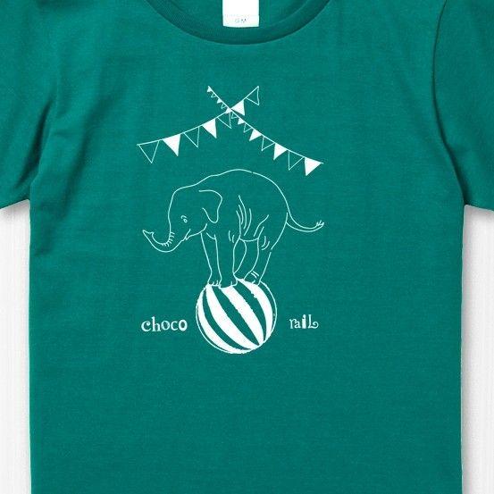 【ご注意:サイズ指定をお願いします】★サイズのご指定をいただかないと製作・発送ができません。★ご購入の際は必ず備考欄にご希望のサイズのご記入をお願いいたします。サーカスの玉乗りをしているぞうさんTシャツ。後ろはお茶の時間の様です。■カラー:アップルグリーン(濃い青緑) インク:白■素材:綿100% 5.6oz(柔らかい着心地の程よい厚みです)■サイズ・レディース (全て㎝。多少の誤差はございます)鎖骨が隠れる位の開きすぎない程よい襟ぐりと、少しゆとりのある着やすいシルエットです。【レディースM】 着丈62 身幅46 肩幅39 袖丈17 【レディースL】 着丈65 身幅49 肩幅42 袖丈18 (レディースXLと近いサイズはメンズM~Lとなります)・メンズ  襟の開き方は普通です。(若干大き目シルエットです)【メンズS】    着丈65 身幅49 肩幅42 袖丈19【メンズM】   着丈69 身幅52 肩幅46 袖丈20【メンズL】    着丈73 身幅55 肩幅50 袖丈22【メンズXL】…
