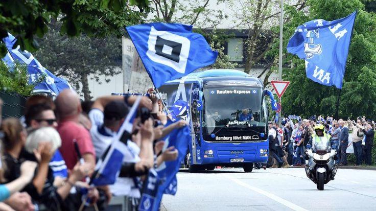 Der Hamburger Mannschaftsbus fährt durchs Fan-Spalier