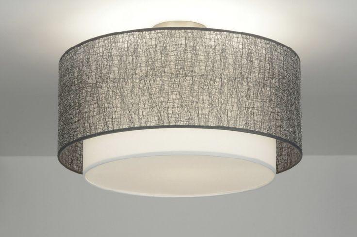 Artikel 88540  Deze lamp bestaat uit twee kappen die in elkaar geschoven zijn. De buitenste kap is van een kunststof. Daarop zit een grove draadstructuur. Deze draad is zilverkleurig en heeft een subtiele glans. Door de kunststof achterkant laat deze open structuur veel licht door wat bijdraagt tot een extra sfeervol resultaat. http://www.rietveldlicht.nl/artikel/plafondlamp-88540-modern-design-stof-wit-zilver-rond
