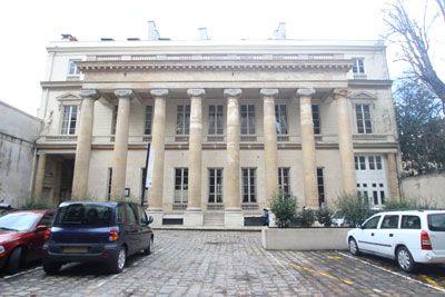 Hôtel de Gallifet (1784) 73, rue de Grenelle Paris 75007. Architecte : Etienne-François Legrand. Sculpteur : Jean-Baptiste Boiston. Abrite l'Institut culturel italien. Façade sur cour.