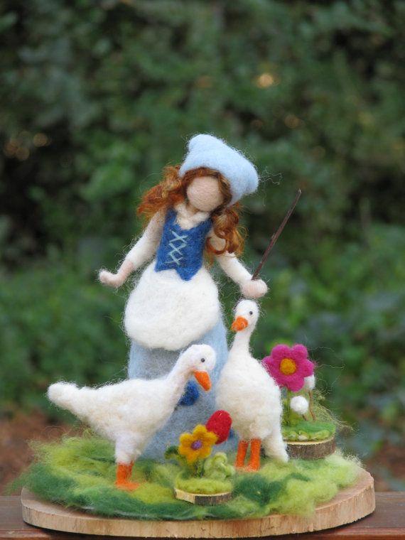 Kundenspezifisch konfektioniert    Meine Großmutter mir viele Geschichten über ihr Leben in kleinen Bauernhof erzählen. Wenn sie ein kleines Mädchen war sie wachte um 05 und die Gänse holte, bevor sie zur Schule ging. Ich liebe diese Goosegirls machen so viel denn sie mich immer alle guten Erinnerungen, Geschichten meiner Großmutter bringen. Diese Goosegirl ist etwa 20 cm (8 ) groß. Sie trägt blaue Tracht, mit Blumen geschmückt. Sie hat zwei Gänse neben ihr. Es gibt zwei kleine Holzteile mit…