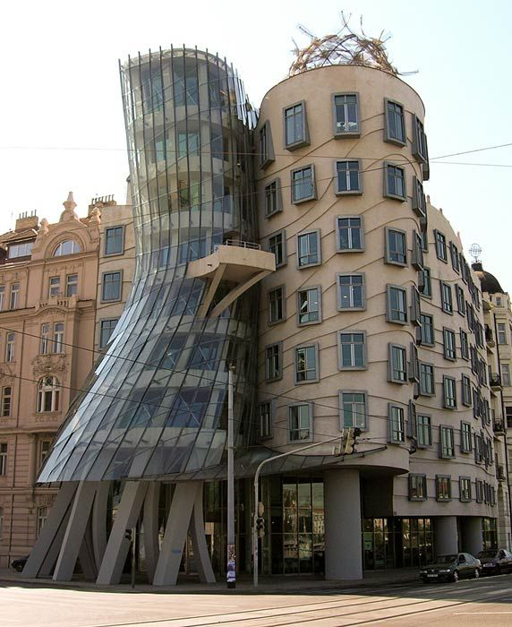 Dancing House, Prague, Czech Republic. Frank Gehrys er selvsagt arkitekten igjen.Mannen er et geni!