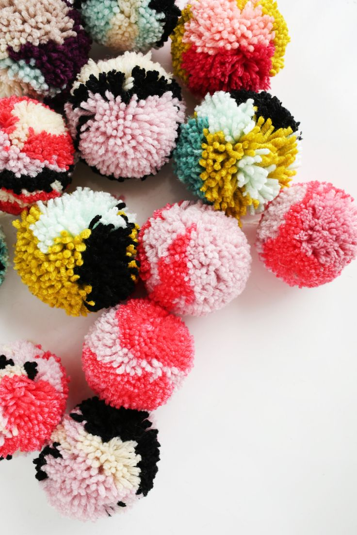 Use up your leftover yarn to create beautiful pom pom ornaments for your Christmas tree this year! Get the full tutorial on SmileandWaveDIY.com #sponsored #voyafinancial