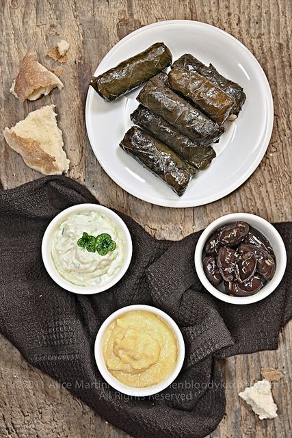 dolmades, skordalia, tzaziki e olive marinate