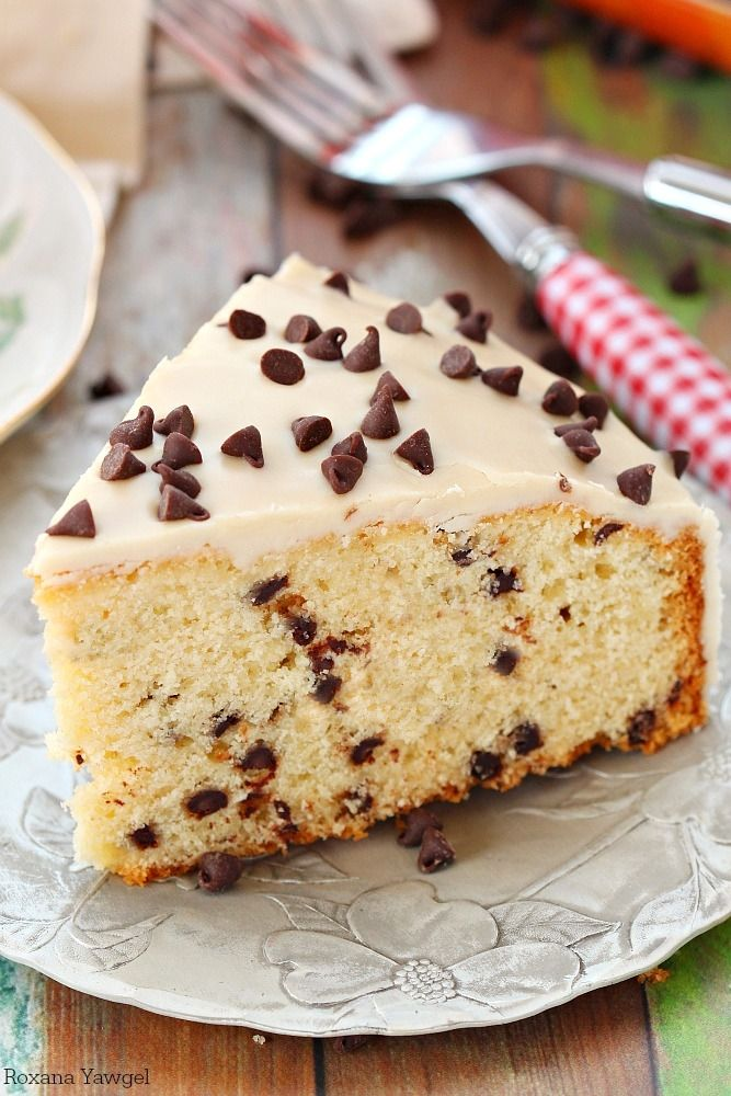 Take your weekend breakfast up a notch with this easy to make chocolate chip coffee cake with coffee icing! Now you can eat your coffee and drink it too! #pie #sweet