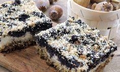 Ingredience pro 8 osob Na pekáček o rozměru 30 x 18 cm budeme potřebovat:  Korpus      250 g ovesných vloček (bezlepkáři použijí bezlepkové)     85 g másla     60 g třtinového cukru     1 dl mléka     1 vejce     1 lžička jedlé sody     špetka soli  Tvarohová náplň      500 g měkkého tvarohu     60 g cukru     1 vejce     1 dl mléka     1 vanilkový pudink     vanilka (prášek, dřeň, aroma…)     špetka soli  Maková náplň      200 g máku     60 g tekutého medu     3 šťavnatá jablka     špetka…