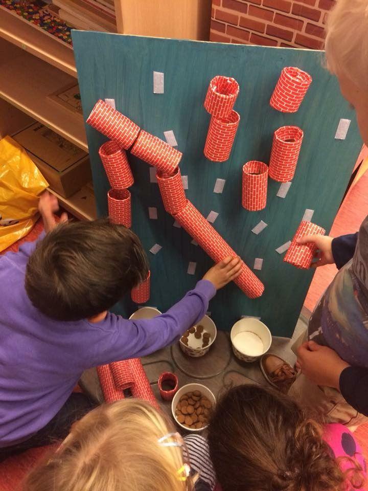 Ik heb er een gemaakt met klittenband, waardoor de kinderen elke keer een nieuwe baan kunnen maken.