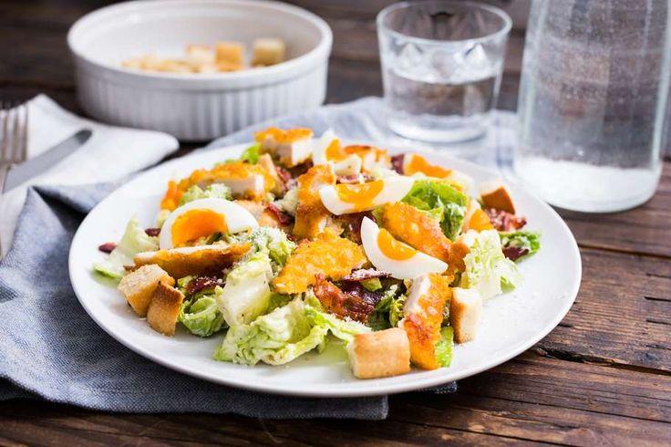 Caesar salade met kipschnitzel en zelfgemaakte croutons
