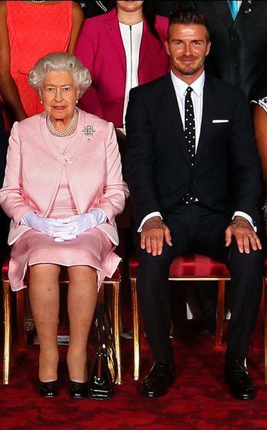 Après sa semaine passée à Ascot à assister à des courses de chevaux, la reine Elizabeth II était ce lundi dans son palais de Buckingham. Elle y recevait des talents émergents des affaires en compagnie du célèbre footballeur britannique David Beckham.