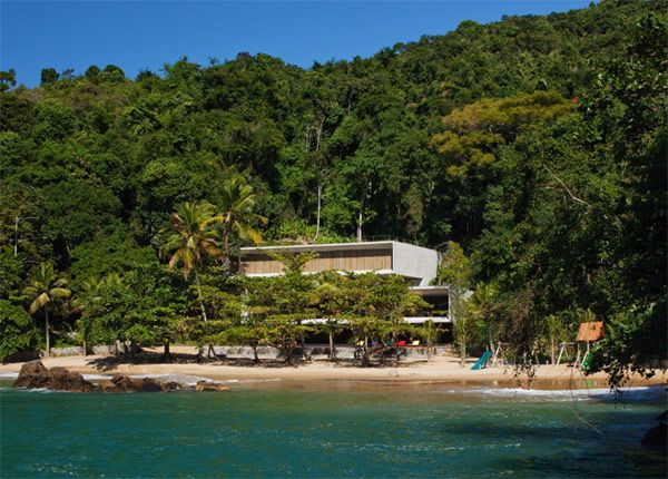 Brazilian architect Marcio Kogan designed this amazing beach house with all the fixings. For more Pictures of this brazilian Dream House near Rio de Janeiro, visit: http://www.trendir.com/house-design/beachfront-designs-brazilian-beach-house-is-spectacular.html