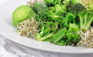 Gedünsteter Brokkoli ist eine Wohltat für den Körper. Abgesehen von dem guten Geschmack enthält Brokkoli das Anti-Krebsmittel Sulforaphan. Basischer Brokkoli gedünstet ist schnell und einfach zubereitet und eignet sich ideal zur Unterstützung beim Basenfasten.