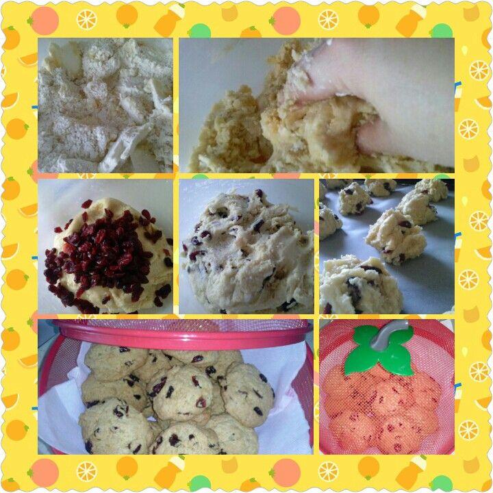 Yabanmersinli cıtır kurabiye: 1 yumurta 125 gr margarin 1/2 su bardagi sivi yag 1 yemek kasigi yogurt 1 cay kasigi karbonat 3 su bardagi un 100 gr yaban mersini