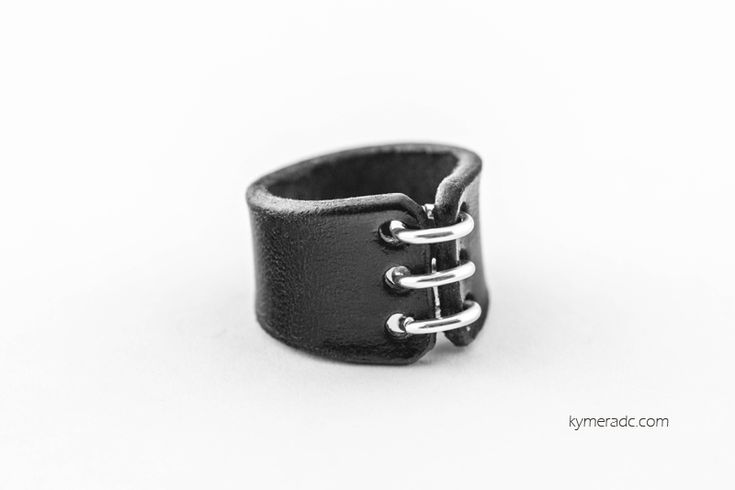 Anillo LACE Black. Cuero tintado y anillas de aluminio. Todos los diseños de anillos están disponibles en 3 medidas: S, M y L. 100% hecho a mano. Ya disponible en www.metalyeah.com
