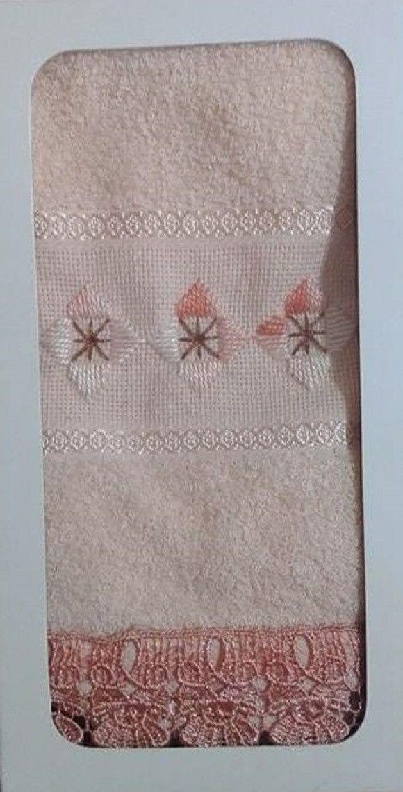 Toalha de lavabo salmão bordada com ponto reto.  Marca da toalha: Toalhas São Carlos