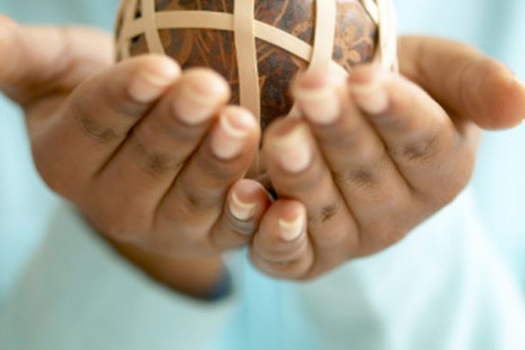 Ejercicios para manos con una banda elástica. Cuando sufres de una lesión en la mano o de artritis, movimientos simples como apuntar o enroscar los dedos pueden ser muy difíciles. Hacer ejercicios regulares para fortalecer los músculos de los dedos puede mejorar el rango de movimiento y reducir el ...