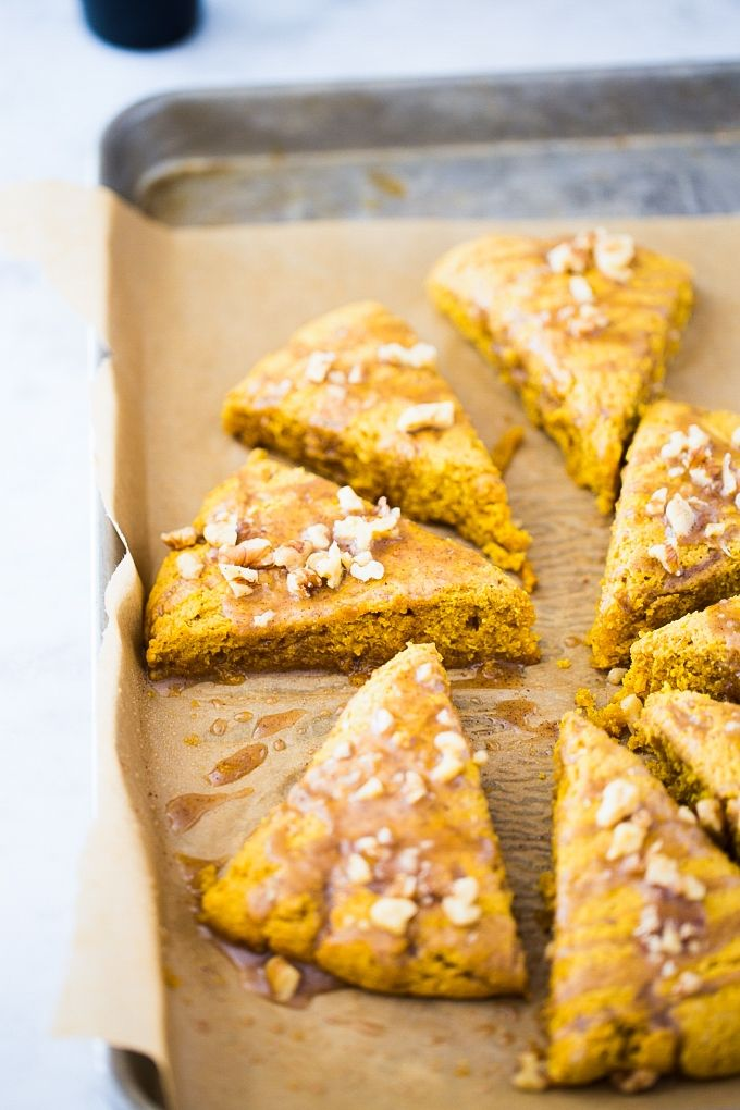 These vegan pumpkin scones are perfect for a rainy afternoon with a good cup of tea or coffee. When baking them the house smells amazing, it smells like fall spices. I know you are craving some, aren't you? Homemade Pumpkin Pie, Pumpkin Pie Recipes, Vegan Pumpkin, Vegan Breakfast Recipes, Delicious Vegan Recipes, Tasty, Vegan Scones, Pumpkin Scones, Vanilla