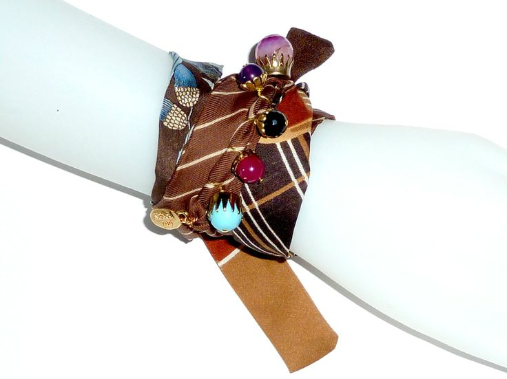 Ribbon in printed twill, 5 charms with natural stones, resin and glass.