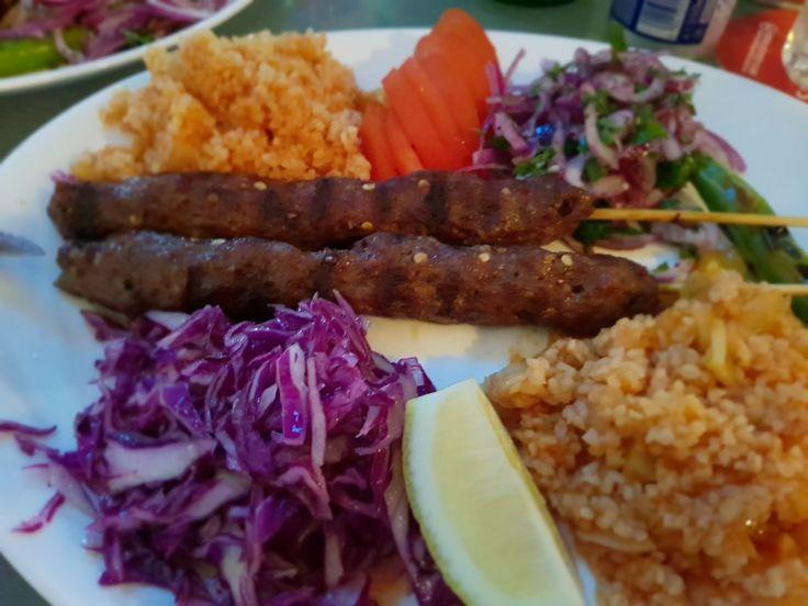 Kebab libanez servit cu bulgur si salata- Săptămâna Orientală Restaurant NoName - Călătorie culinară în jurul lumii! www.restaurantnoname.ro