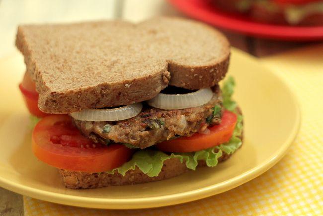 Compartilho com vocês mais uma opção de hambúrguer vegano! Este hambúrguer de lentilha é super saboroso e nutritivo! Assim como nas outras receitas que ensinei aqui, você pode adicionar os temperos...