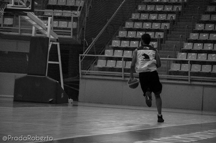 Contra y lanzamiento (1). Sergio Vidal ataca el aro. 29 de agosto #baloncesto #AdeccoPlata #Lucentum #Alicante #basket