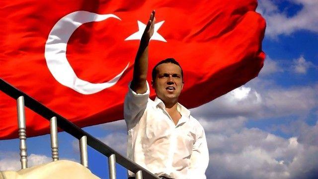 Firari işadamı Cem Uzan, Genç Parti'nin Twitter hesabından siyasete geri dönüş sinyali verdi. Uzan, 2002 seçimlerine Genç Parti ile katılmış, yüzde 7.25 oy oranına ulaşmıştı.