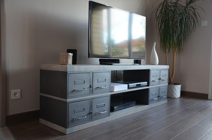 Fabrication de notre atelier: Une variante sur-mesure d'un meuble tv avec des plateaux grisés et des anciens tiroirs industriels.