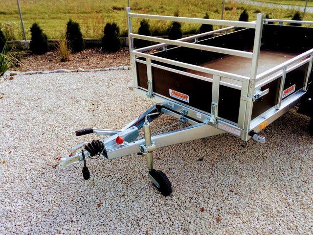 Przyczepka samochodowa Trailwood Lux ze sklejki dostępna do kupienia w sklepie PrzyczepyMarter.pl Standardowo wyposażona jest ona w hamulec najazdowy, stelaż naburtowy do mocowania przewożonych towarów oraz boczne obejmy do podpór.